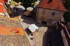 Vue de la cour reconstituée de château de Krivoklat de la tour de observation photographie stock libre de droits