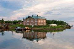 Vue de la crique de prospérité un jour polaire d'été photographie stock libre de droits