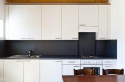 Vue de la cuisine blanche images stock
