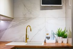 Vue de la cuisine, de l'évier et du robinet photographie stock libre de droits