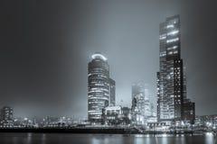 Vue de la droite sur le Wilhelminakade par nuit et brouillard dans le bl Images stock