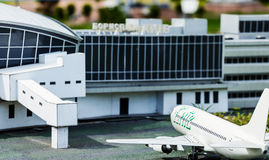 Vue de la façade du terminal d'aéroport et des avions, qui sont prêts à voler Images libres de droits