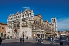 Vue de la façade et du beffroi avant de la cathédrale de Ferrare Image stock