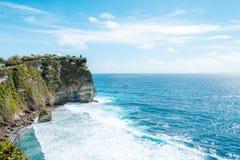 Vue de la falaise avec des vagues en mer du temple hindou Pura Luhur Uluwatu images stock