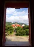 Vue de la fenêtre au temple bouddhiste thaïlandais image libre de droits