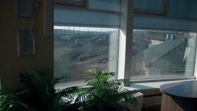 Vue de la fenêtre de bureau à la gare ferroviaire Beaucoup de voies de chemin de fer à l'arrière-plan clips vidéos