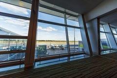 Vue de la fenêtre d'un aéroport moderne sur la piste et le p Images stock