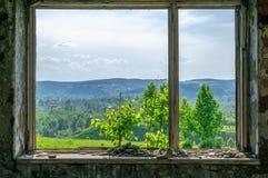 Vue de la fenêtre du bâtiment abandonné détruit sur la rue images libres de droits