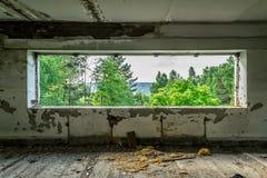 Vue de la fenêtre du bâtiment abandonné détruit sur la rue photo libre de droits