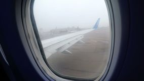 Vue de la fenêtre de Jet Passenger Aircraft Maneuvering le long de la piste dans le brouillard clips vidéos