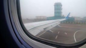 Vue de la fenêtre de Jet Passenger Aircraft Maneuvering le long de la piste dans le brouillard banque de vidéos