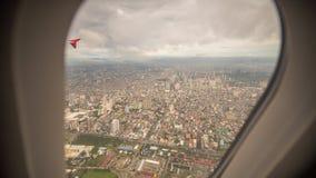 Vue de la fenêtre de l'avion à la ville de Manille philippines photographie stock