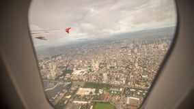 Vue de la fenêtre de l'avion à la ville de Manille philippines images stock