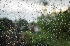 Vue de la fenêtre par temps pluvieux Gouttes de pluie sur la fenêtre photos libres de droits