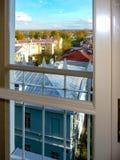 Vue de la fenêtre sur le toit images libres de droits