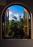 Vue de la fenêtre sur la statue de Bouddha photographie stock