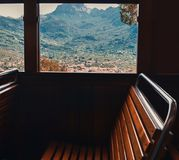 Vue de la fenêtre de train aux montagnes images stock