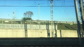 Vue de la fenêtre de train tout en voyageant banque de vidéos