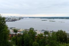 Vue de la flèche du confluent des rivières Volga et Oka Photo libre de droits