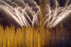 Vue de la fontaine blanche et jaune la nuit Photos libres de droits