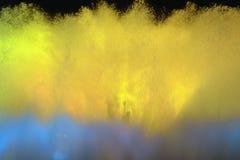 Vue de la fontaine bleue et jaune la nuit Photographie stock libre de droits