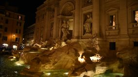 Vue de la fontaine célèbre de TREVI à Rome banque de vidéos