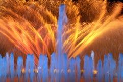 Vue de la fontaine colorée la nuit Photos libres de droits