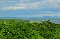 Vue de la forêt verte, montagnes bleues, rivière images libres de droits