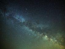 Vue de la galaxie de manière laiteuse dans le ciel nocturne avec les étoiles lumineuses Photographie stock