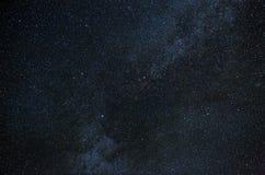 Vue de la galaxie de manière laiteuse dans le ciel nocturne avec les étoiles lumineuses Photos libres de droits
