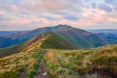 Vue de la gamme de montagne au lever de soleil Horizontal de montagne d'été photographie stock