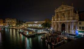 Vue de la gare ferroviaire de Grand Canal et de Venise la nuit du pont de Scalzi à Venise, Italie photos stock