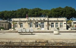 Vue de la gare ferroviaire, jour ensoleillé, fente, Dalmatie, Croatie photos stock