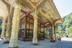 Vue de la gare ferroviaire de Psirtskha le jour ensoleillé d'été photographie stock