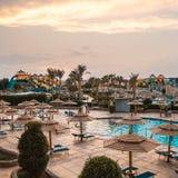 Vue de la glissière d'eau et de la piscine dans un hôtel de luxe photographie stock
