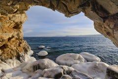 Vue de la grotte à l'eau photographie stock