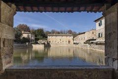 Vue de la hameau thermique et médiévale de Bagno Vignoni, Sienne, Toscane, Italie photo stock
