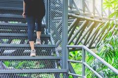 Vue de la jambe du ` s de jeune femme marchant sur la promenade de ciel au bâti de Chiangmai image stock