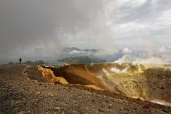 Vue de la jante de cratère au-dessus des îles éoliennes photographie stock libre de droits