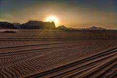 Vue de la Jordanie 17-09-2017 de désert de Wadi Rum d'une jeep mobile au-dessus d'un paysage enchanteur de désert au coucher du s Image stock