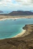 Vue de la La Graciosa d'île avec la ville Caleta de Sebo Photographie stock libre de droits
