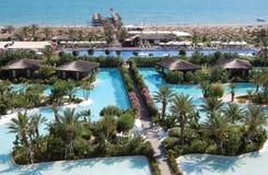 Vue de la ligne et du territoire de plage avec des piscines du luxe TU Photographie stock