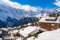 Vue de la maison couverte de neige au village de Murren Photographie stock