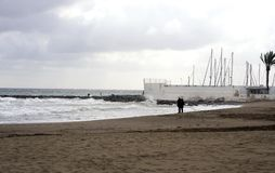 Vue de la mer d'hiver Sable humide, plage vide, mer froide, nuages de pluie gris Dépression de tristesse image libre de droits