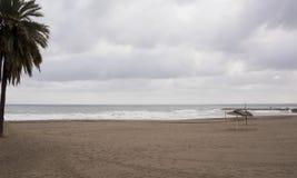 Vue de la mer d'hiver Sable humide, plage vide, mer froide, nuages de pluie gris Dépression de tristesse photo libre de droits