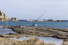 Vue de la mer et îlots dans la distance et les cannes à pêche photo stock