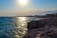 Vue de la mer le soir La Chypre Ayia Napa image stock