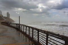 Vue de la mer orageuse du bord de mer photographie stock