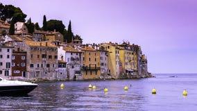 Vue de la mer sur la côte de la vieille ville de Rovinj avec les maisons colorées au coucher du soleil, Croatie image stock