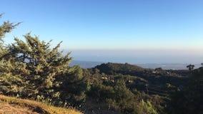 Vue de la montagne à un bateau de flottement dans l'océan california clips vidéos